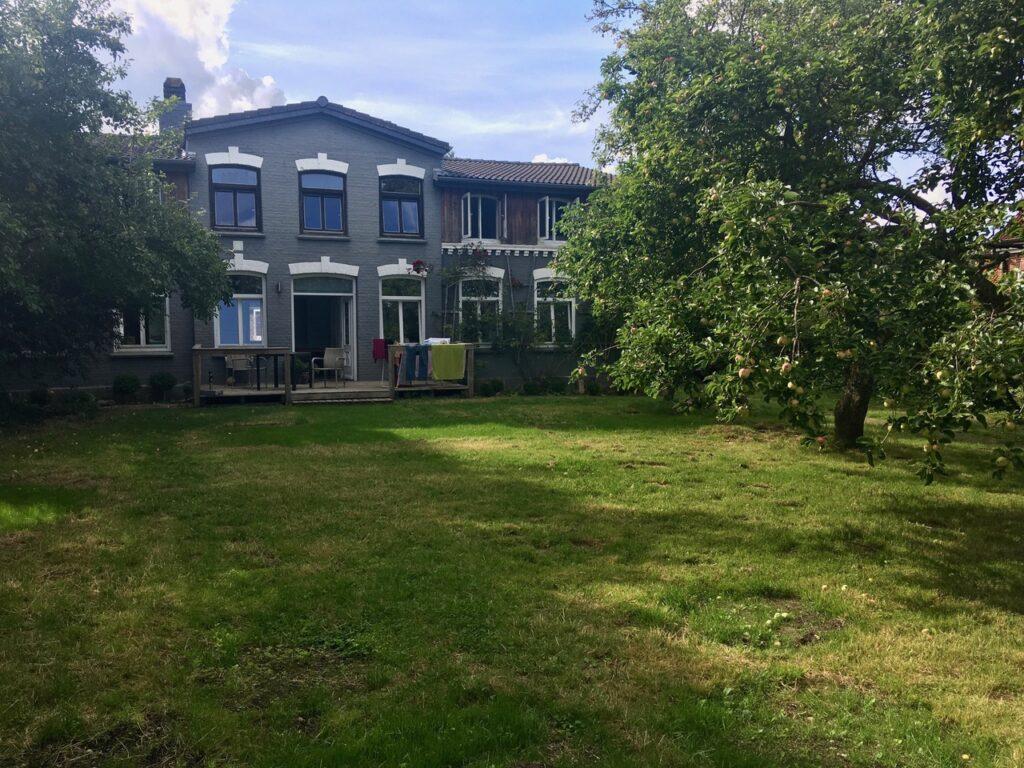 CoWorking-Garten und Haupthaus von CoWorking Schlei