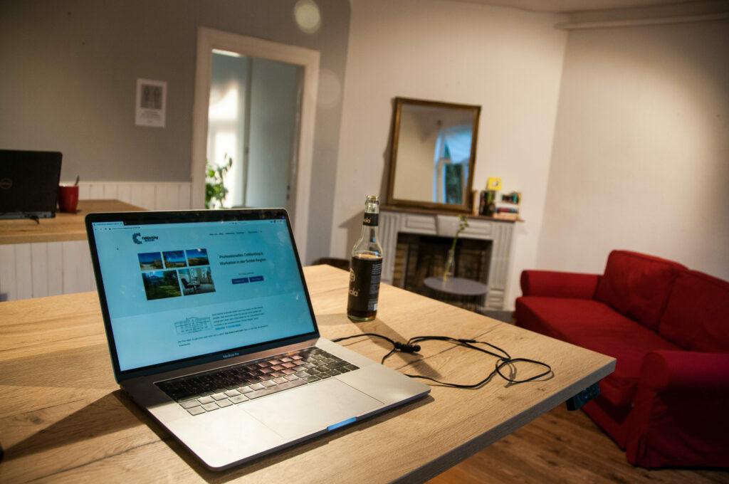 Impression mit Laptop im Kaminzimmer des CoWorking Schlei
